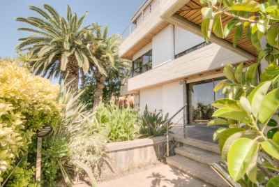 Bright housewith sea views in the suburbof Barcelona
